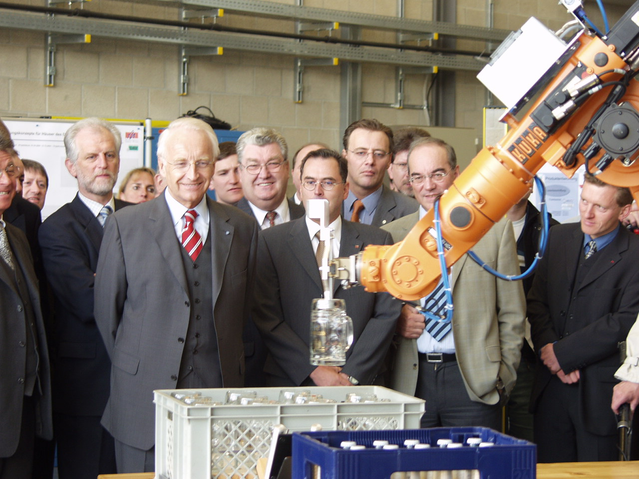 In der Fachhochschule Amberg-Weiden reicht ein Roboter Ministerpräsident Edmund Stoiber eine Maß Bier.