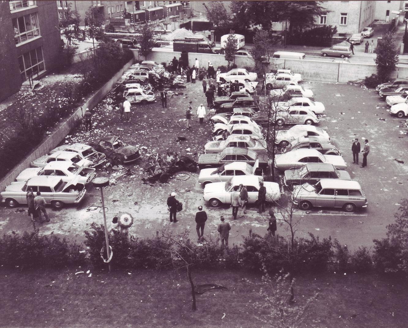 Zerstörte Austos auf dem Parkplatz des LKA.