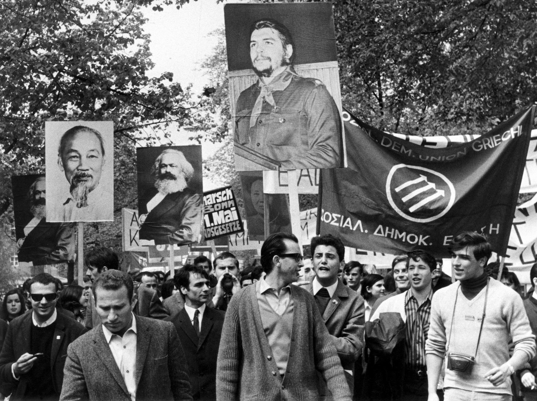 Studenten ziehen 1968 mit Bildern von Ho Tschi Minh, Karl Marx und Che Guevara durch Münchens Straßen.