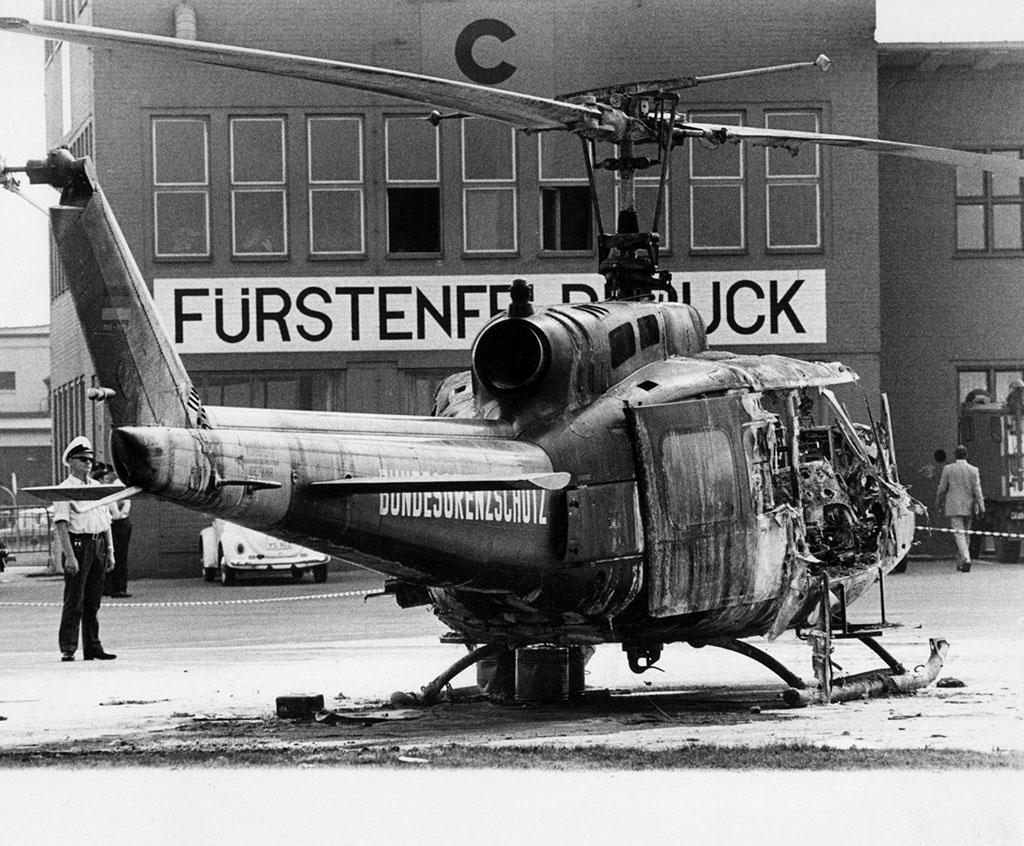 Ausgebrannter Polizeihubschrauber auf dem Flugfeld Fürstenfeldbruck.