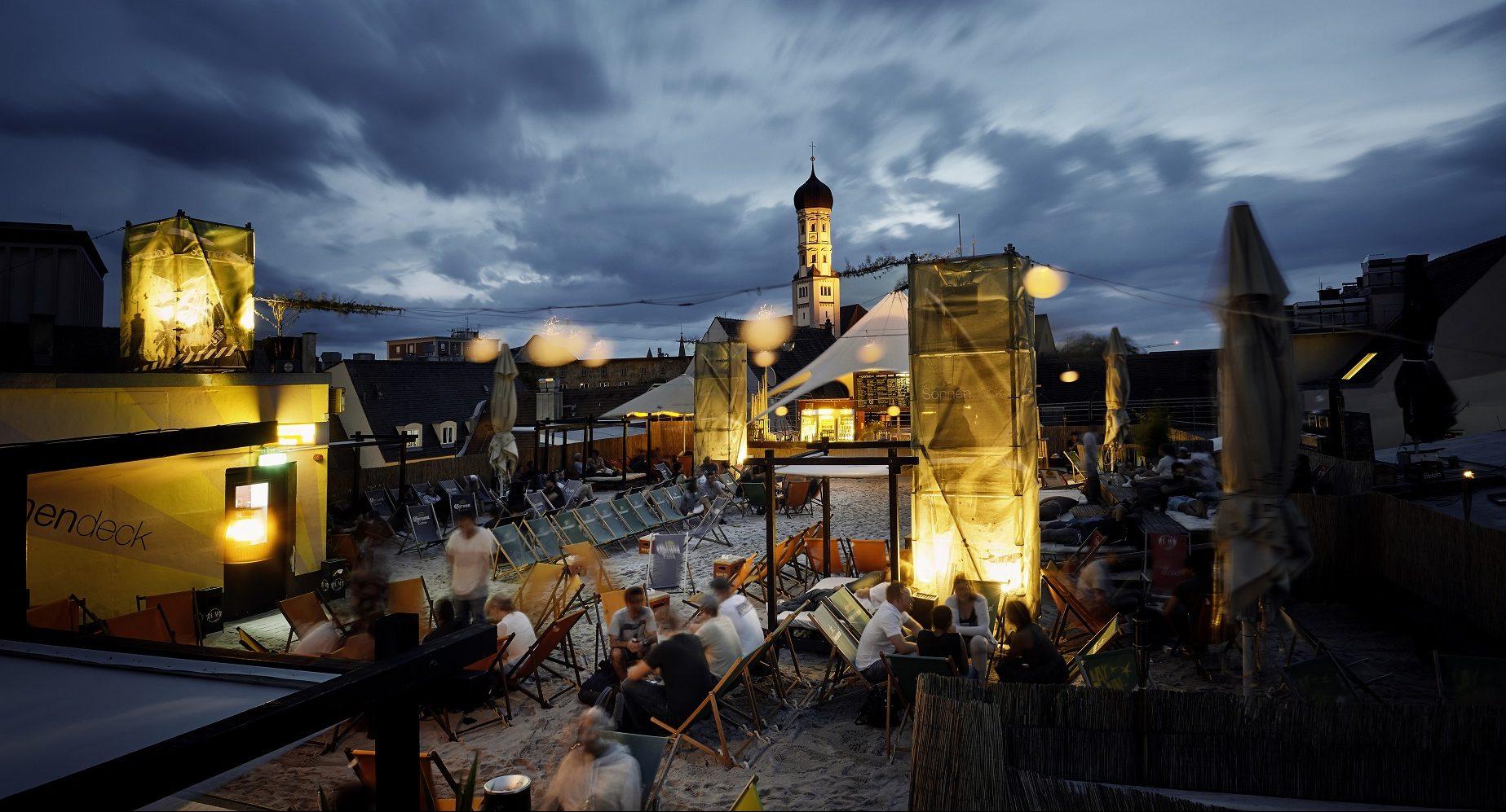 Feierstimmung bei Nacht über den Dächern von Augsburg.