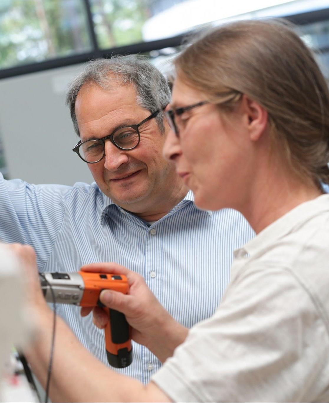 Jürgen Mangelberger und eine Mitarbeiterin bei der Arbeit.