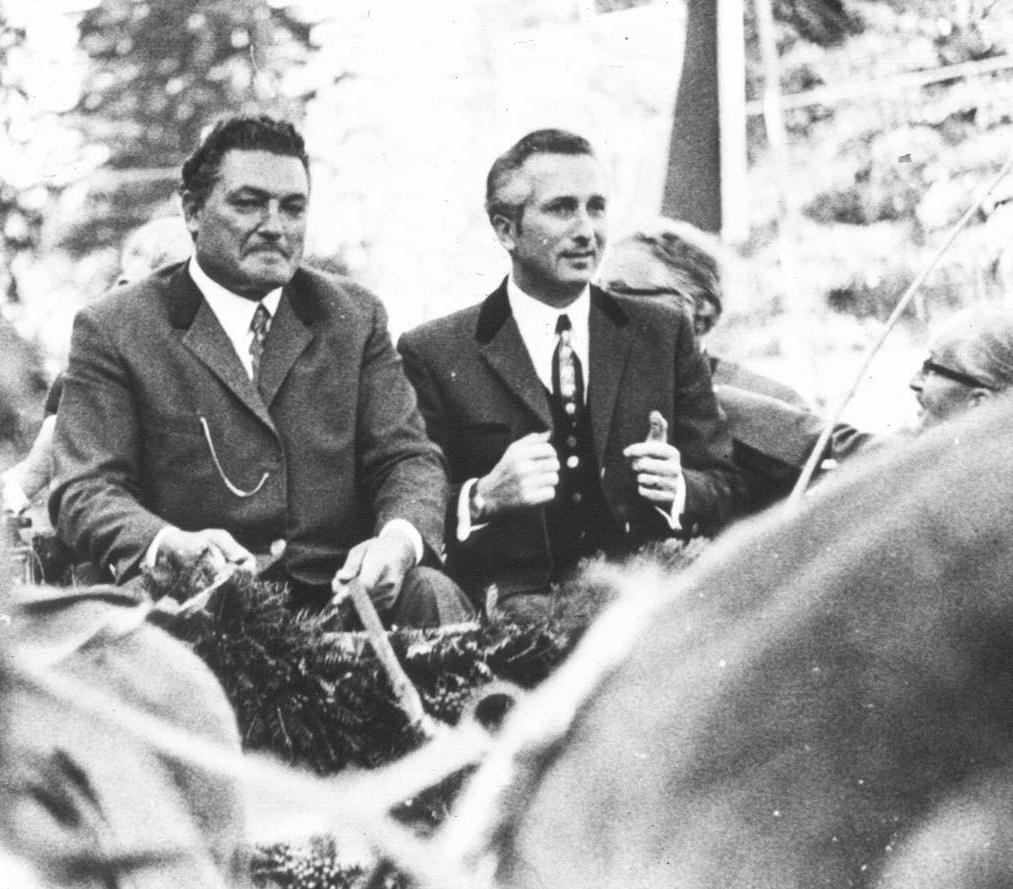 Dr. Hans Eisenmann in einer Pferdekutsche.