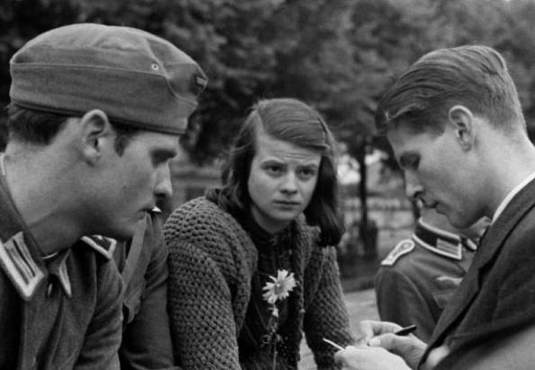 Hans und Sophie Scholl mit ihrem Freund Christoph Probst im Juli 1942.