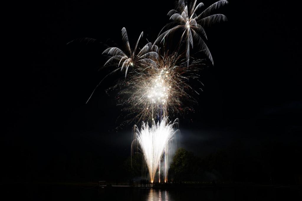 Feuerwerk über dem Naturbadeweiher Weißbachmühle .