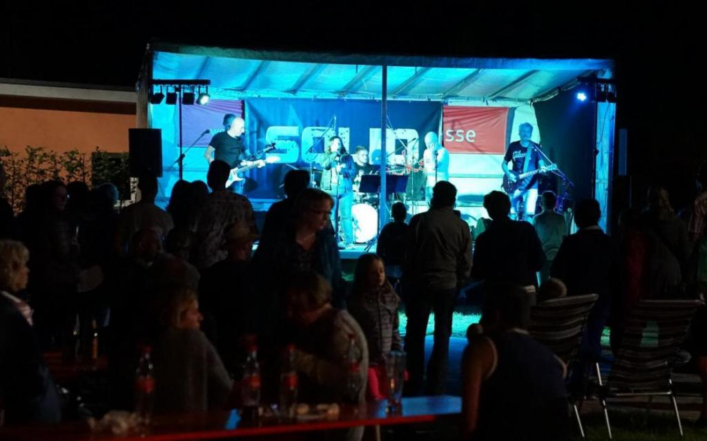 """Die Cover-Rockband """"Solid"""" beim Einweihungsfest des neuen Freizeitzentrums und des Naturbadeweiher Weißbachmühle."""