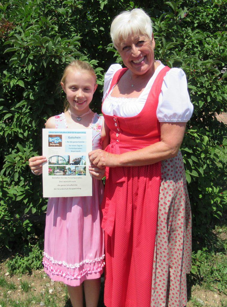 Die Gewinnerin des 1. Preises mit Schulleiterin Cäcilia Mischko.