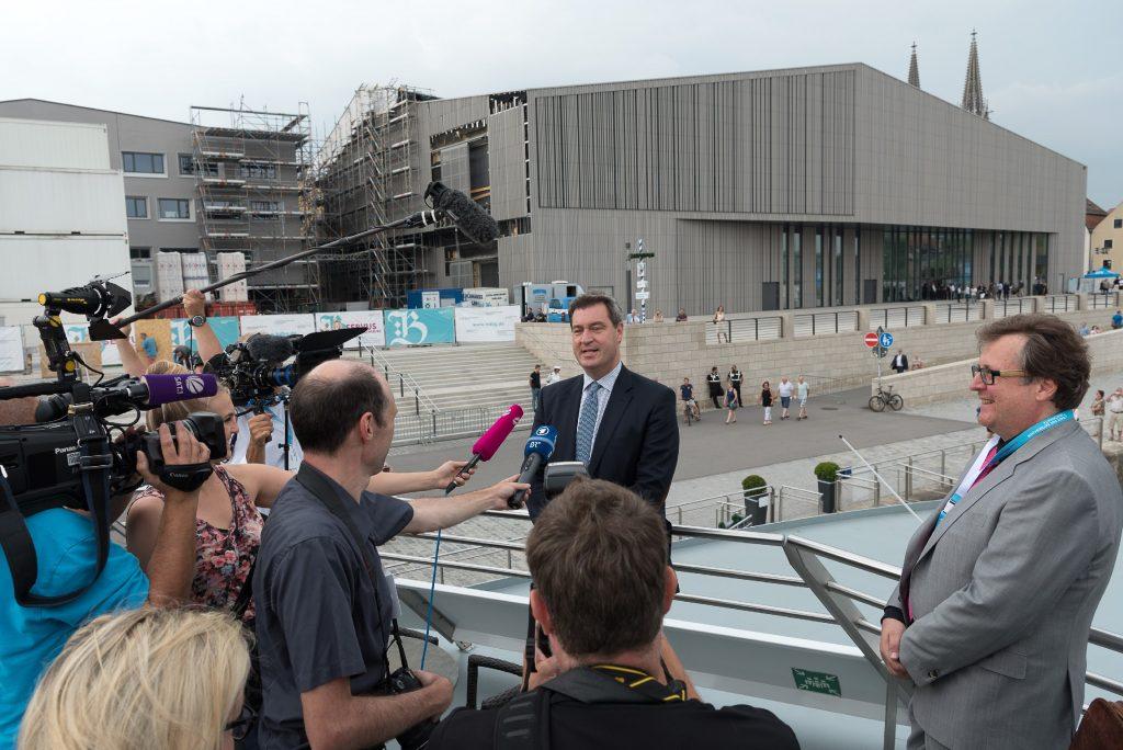 Der Bayerische Ministerpräsident Dr. Markus Söder vor dem neuen Museumsgebäude in Regensburg, rechts Dr. Richard Loibl, Direktor Haus der Bayerischen Geschichte.