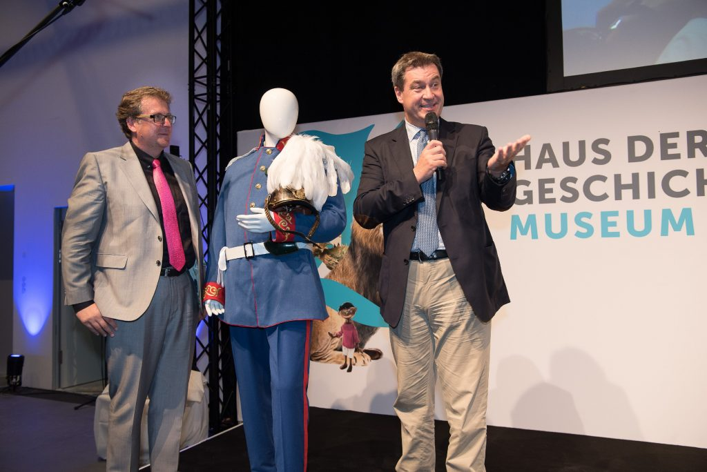 """Ministerpräsident Dr. Markus Söder überbrachte den Museumsmachern ein Objekt für das Kulturkabinett """"Feste und Bräuche"""" im künftigen Museum: Das Prinzregenten-Kostüm, das er beim Traditionsfasching in Veitshöchheim 2018 getragen hatte."""