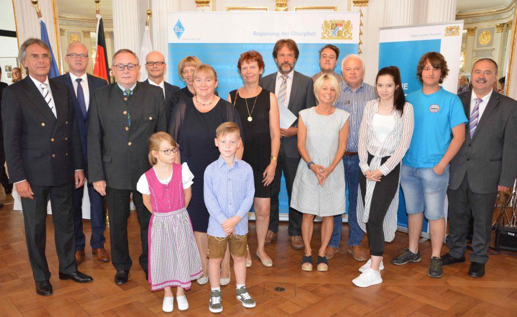 Regierungspräsident Axel Bartelt (l.), die Geehrten, Vertreter der Schulen und Ehrengäste aus dem Landkreis Amberg-Sulzbach und der Stadt Amberg.