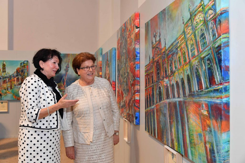Die Künstlerin Ruth Welnhofer (li.) mit Landtagspräsidentin Barbara Stamm