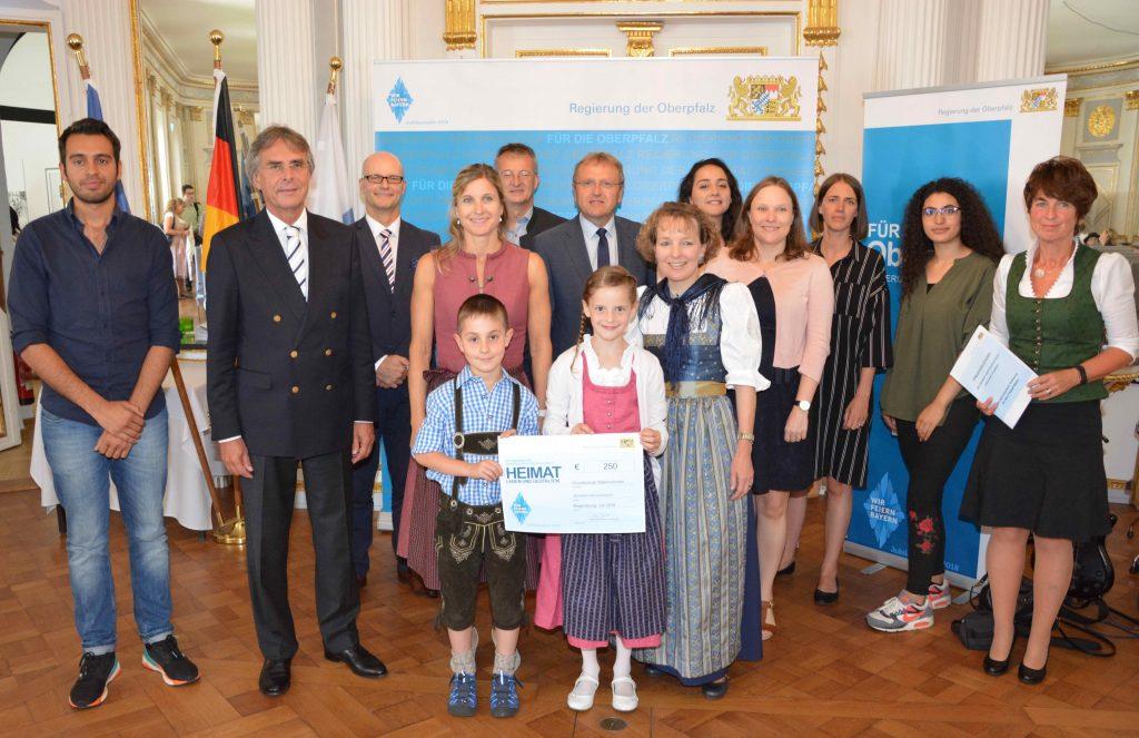 Regierungspräsident Axel Bartelt (2.v.l.), die Geehrten, Vertreter der Schulen und Ehrengäste aus dem Landkreis Cham.