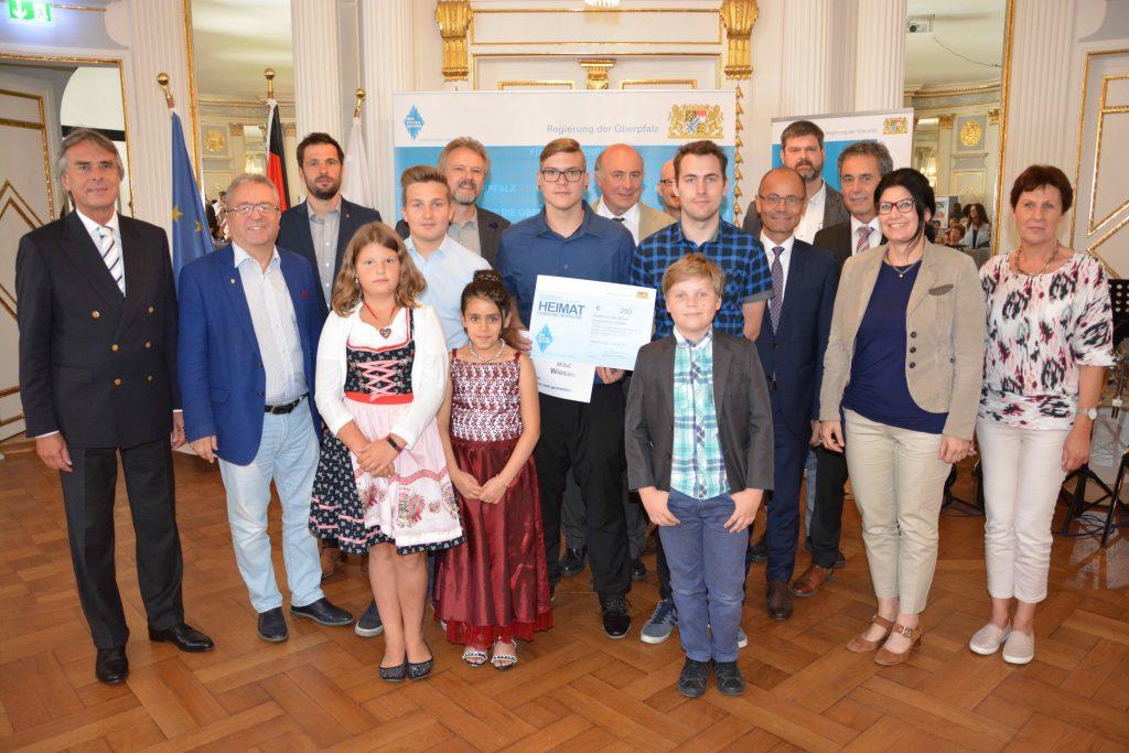 Regierungspräsident Axel Bartelt (l.), die Geehrten, Vertreter der Schulen und Ehrengäste aus dem Landkreis Tirschenreuth.